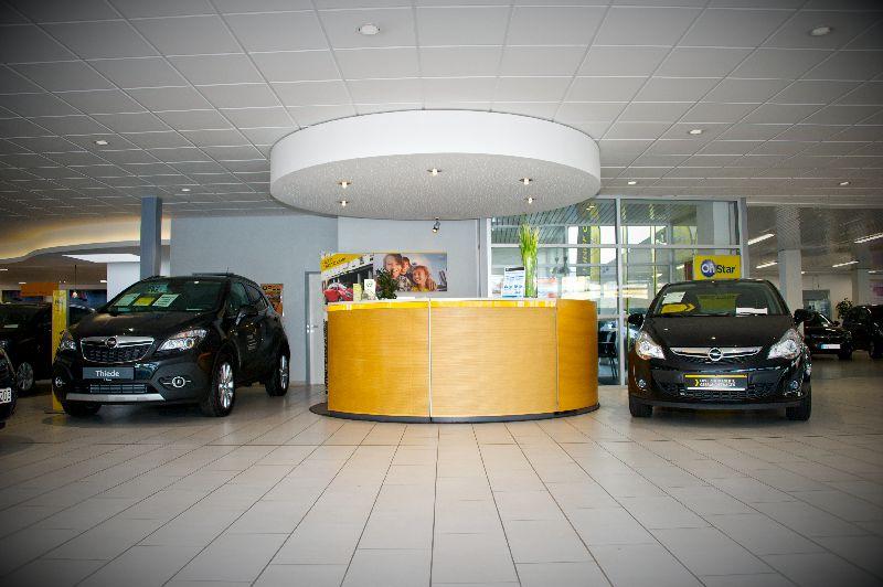Autohaus Thiede Verkaufsraum mit Neu-und Gebrauchtwagen