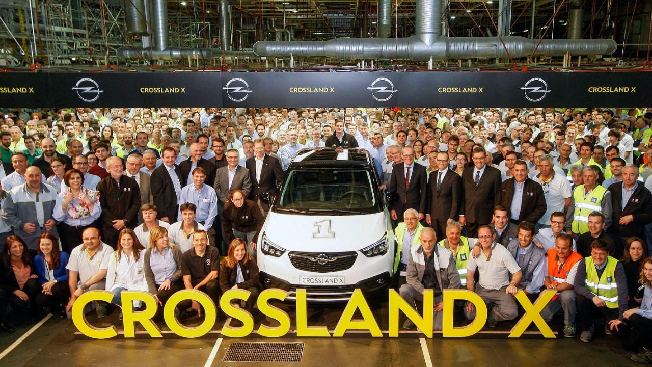 Feierstunde: Rund tausend Mitarbeiter des Opel-Werks Saragossa feiern in Anwesenheit von Opel-Chef Dr. Karl-Thomas Neumann sowie von Medienvertretern den Produktionsstart des neuen Opel Crossland X.